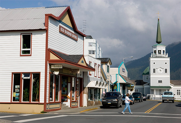 Город Ситка (Аляска, США), современный вид. Справа — православный собор Михаила Архангела