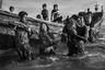 Народ рохинжда бежит из Мьянмы от этнических чисток. В 2017 году более полмиллиона представителей этой этнической группы покинули страну из-за массового насилия в их отношении. Беженцев принял соседний Бангладеш.   <br> <br>  Нынешний режим Мьянмы пытается вытеснить рохинджа в соседние государства. Правительство страны отрицает массовые гонения, настаивая на том, что борется только с террористами, устраивающими нападения на местных силовиков.