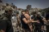 Еще одна работа Прикетта номинирована в категории «Фотография года». Солдат иракского спецназа заботится о мальчике, вывезенном из последнего района старой части Мосула, контролируемого террористами.