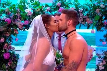 Участники британского шоу устроили «голую свадьбу» в прямом эфире