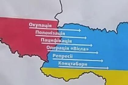 На консульстве Польши в Киеве вывесили список преступлений против Украины