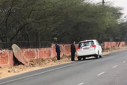 Борющийся за чистые от фекалий улицы индийский министр справил нужду на стену