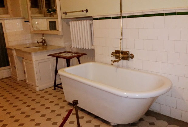 «Горки Ленинские», ванная комната, где, со слов сотрудников, делали вскрытие тела Ленина.