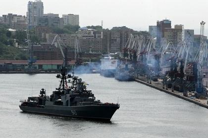 Во Владивостоке загорелся военный корабль