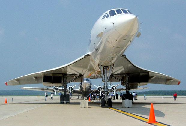 Принадлежавший Дювалье Boeing 307 Stratoliner (на заднем плане)