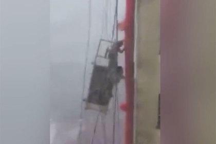 Китайские мойщики окон сразились с ураганом на высоте десяти этажей