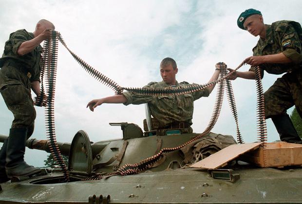 Российские солдаты из 76-й Гвардейской воздушно-десантной бригады готовятся к отправке в Косово с миротворческой миссией в составе международных сил ООН.