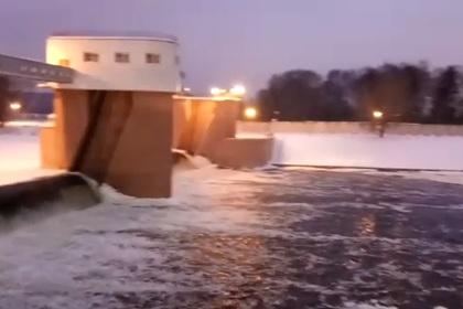 Пять человек на снегоходах провалились под лед на Москве-реке