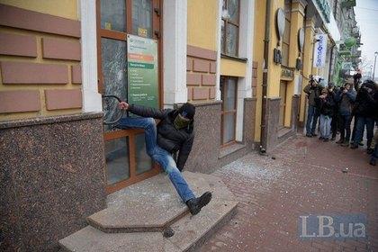 В Киеве дверь Сбербанка «поймала» погромщика