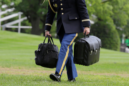 Впроцессе визита Трампа в Китайская народная республика произошла потасовка из-за «ядерного чемоданчика»