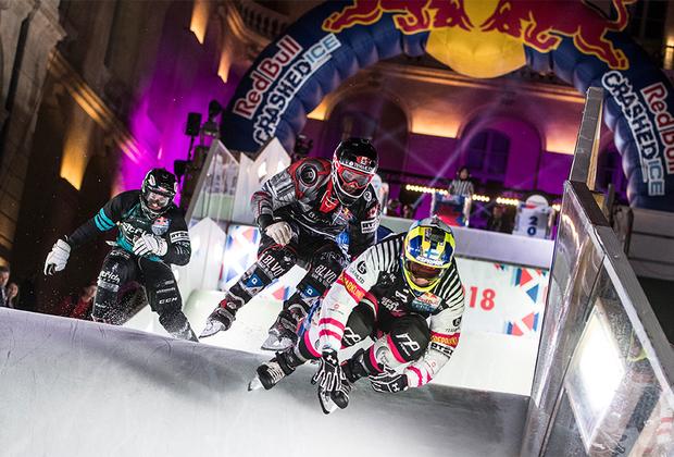 Первые соревнования по скоростному спуску на коньках прошли в 2001 году. С тех пор этот вид спорта приобретает все большую популярность среди атлетов и болельщиков. С 2010 года Red Bull Crashed Ice превратился в полноценный чемпионат мира, этапы которого проходят в нескольких странах.