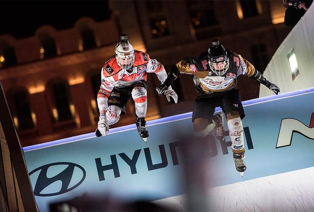 В каждом забеге принимают участие четыре райдера. Они несутся вниз по ледяному желобу, преодолевая трамплины, сложные повороты и другие препятствия. При этом скорость спортсменов может достигать 80 километров в час.