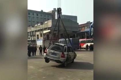 Нарушитель правил парковки обнаружил свой автомобиль на крыше