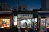 Туристические сайты обещают, что на рынке можно попробовать традиционные блюда корейской кухни: дакганчжён — жареную курицу в сладком соусе; хотток – оладьи из рисовой муки, которые подаются с сыром или мороженым, и омук –рыбный пирог во фритюре на палочке.