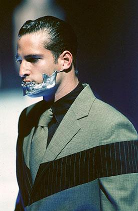 Накладка Jaw, коллекция Untitled. Показ Alexander McQueen сезона весна-лето 1998