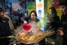 Рыбный пирог омук готовится из белого рыбного филе, кальмара и креветок. Также в него добавляются овощи: чеснок, лук и болгарский перец. Все это обваливается в муке, крахмале и яичном белке и обжаривается во фритюре. Иногда к нему подают стакан острого бульона.