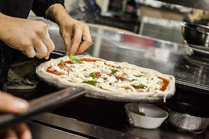 Петербуржцы отобрали у курьера пиццу и пошли под суд