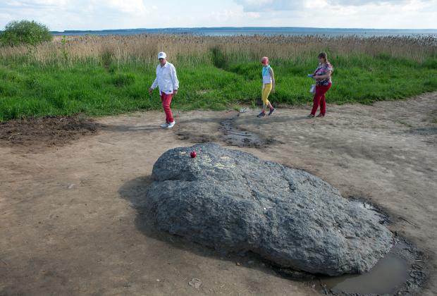 Синий камень на Плещеевом озере в Переславле-Залесском