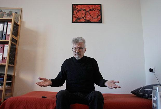Эдуард Лимонов у себя дома в Москве