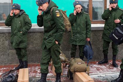 Российским военным начали выдавать сотовые телефоны за 115 тысяч рублей