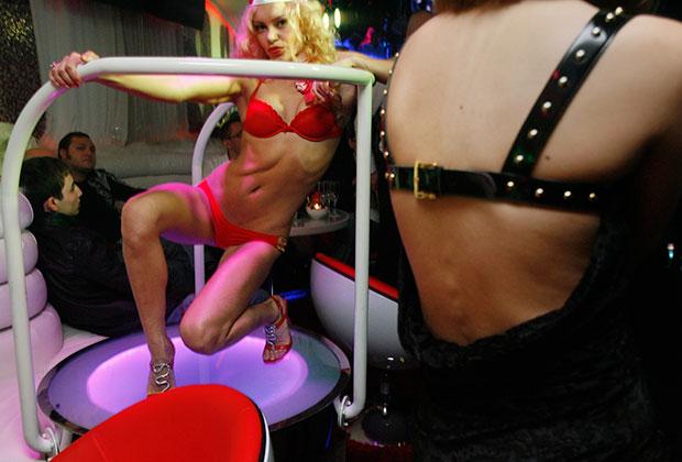 Арабских девушек на закрытых вечеринках нет. Подробностей об их досуге тоже минимум. С наступлением темноты в свет выходят европейки и сияют до утра на виллах, яхтах, в нелегальных клубах и казино.