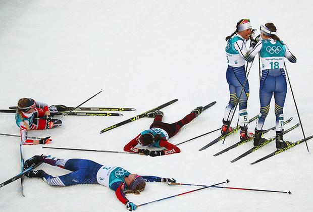 Шведка Шарлотт Калла только что финишировала первой в скиатлоне, выиграв первое золото Игр, и о чем-то беседует с соотечественницей Эббой Андерссон. Позади пройденная трасса и поверженные соперницы.