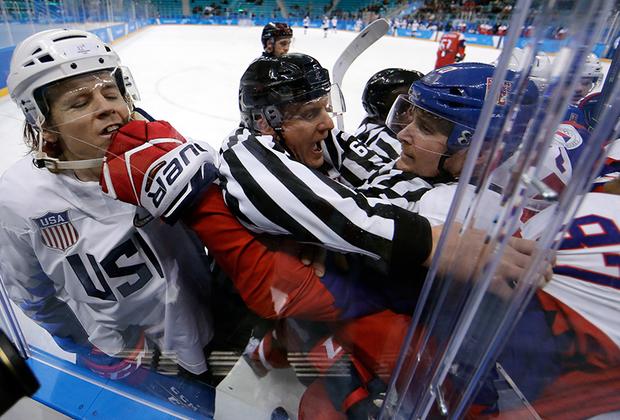 Рефери активно препятствует торжеству олимпийского духа в исполнении чешских и американских хоккеистов во время матча группового этапа Олимпиады.