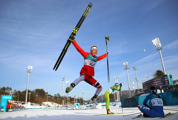 Рагниль Хага из сборной Норвегии на радостях после завоевания золотой медали, судя по прыжку, готова пробежать еще 10 километров.