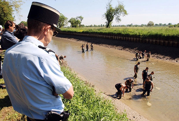Полицейские и солдаты ищут в реке добычу Стефана Брейтвейзера