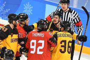 Хоккеисты сборных Канады и Германии