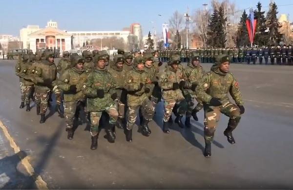 Солдаты из Анголы прошли на параде в Омске ко Дню защитника отечества