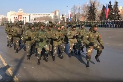 Солдаты-африканцы из Анголы порадовали зрителей на параде в Омске