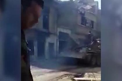 Сирийские бронемашины прорвали оборону террористов и попали на видео