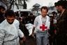 Сотрудники Красного Креста переносят тела жертв трагедии в Ходжалы в импровизированный морг в мечети Агдама. Каждый день Красный Крест привозил в город десятки тел. Люди с утра до ночи бродили среди завернутых в мешки трупов, разыскивая близких.  <br><br> Помимо тех, кто получил огнестрельные и осколочные ранения, люди гибли от холода и обморожений в лесах, пробираясь в сторону Агдама. По официальным данным азербайджанских властей, в результате этой трагедии погибли (включая замерзших в пути) 613 человек, в том числе 63 ребенка, 106 женщин, 70 стариков. Еще 487 человек, включая 76 детей, были ранены, 150 человек пропали без вести, 1275 человек оказались в плену, беженцами стали 5379 человек.