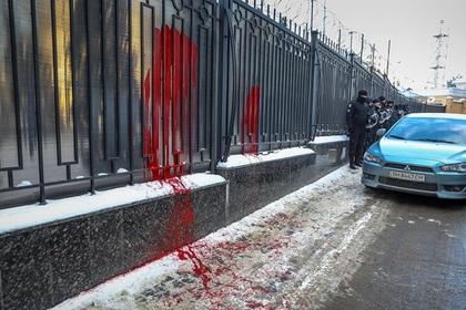 Украинские радикалы облили краской забор Генконсульства РФ вОдессе
