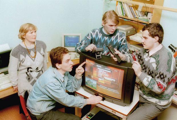 До того как коммунистическая идеология канула в Лету, телевизоры иностранного производства были у немногих счастливчиков, выезжавших за рубеж. Большинство советских граждан довольствовались советскими же зомбоящиками — «Электронами», «Рубинами» и «Горизонтами». Потом появились массивные Panasonic, Sony и Samsung. Впрочем, уже в начале нулевых им на смену пришли ЖК-телевизоры и «плазмы». Теперь черные «японцы» устрашающих размеров в основном украшают дачи.