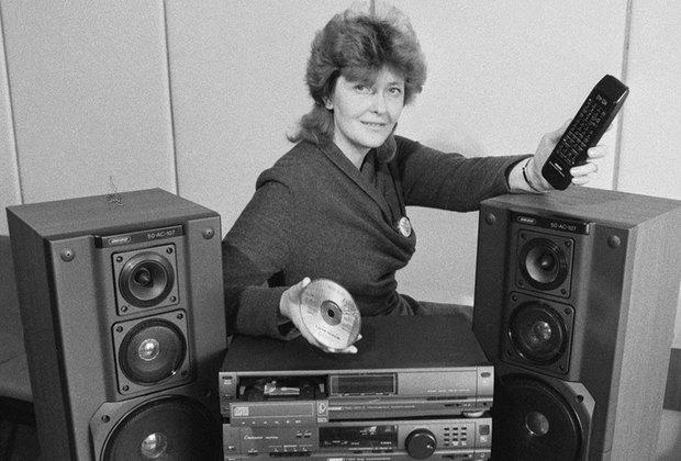 Радио, магнитофон (если повезет — на две кассеты), CD-проигрыватель в одном — для молодежи тех лет не было лучше подарка, чем музыкальный центр. В моделях начала 90-х вместо отсека для CD был проигрыватель винила. Пластинки скоро вышли из моды, потом, пару десятилетий спустя, снова в нее вошли. iPod и крутые аудиосистемы похоронили музыкальные центры. Сейчас в интернете купить особенно ценившийся JVC можно за пару тысяч рублей.