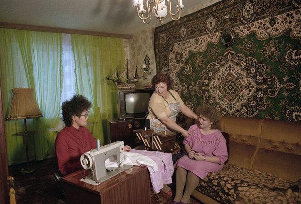 Советские диваны, за исключением, пожалуй, довоенных раритетов, были страшны. Их цветовую убогость пытались компенсировать за счет пресловутых ковров, которые вешали на стену. Получалось плохо. Но пришли 90-е, производители мебели вышли из сумрака и начали сеять «доброе» (но не вечное): мягкую мебель с леопардовой обивкой, псевдолюксовые кожаные диваны и кресла и прочий кич. А «ляпард» стал мемом.