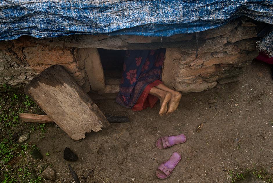Пабитра Деви Джайзи залезает в менструационную избу в деревне Мастамандали