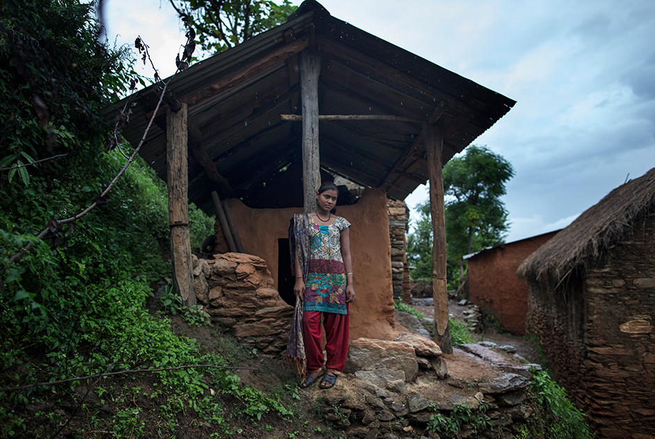 15-летняя Гома Непали стоит у входа в менструационную избу во время заточения. Деревня Биратоли