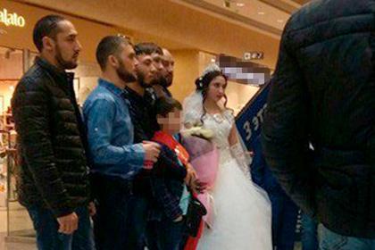Сибирские цыгане поженили детей в торговом центре