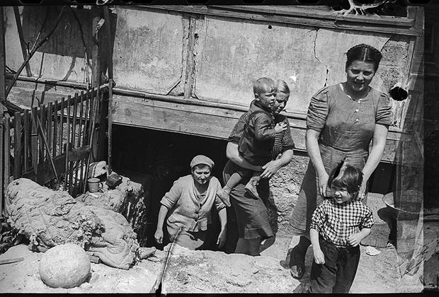 Жители выходят из подвалов. Севастополь.