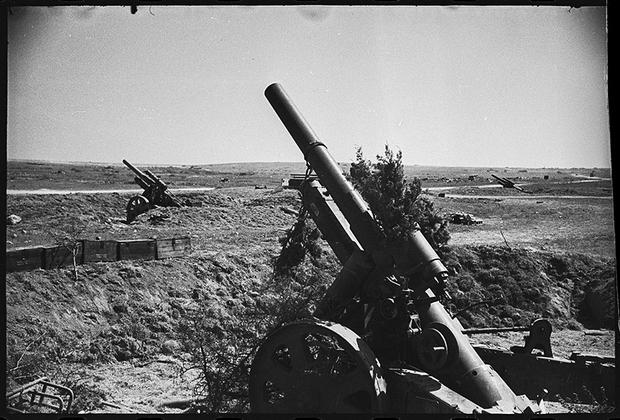 Тяжелая немецкая батарея, захваченная советскими войсками.