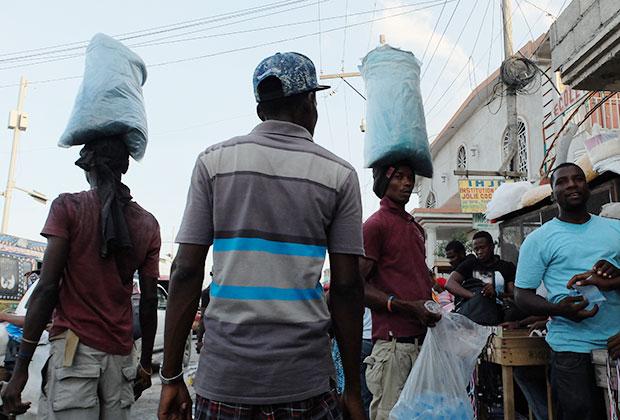 Воду для мытья и приготовления пищи продают бутылками: водопровода нет даже в зажиточных домах