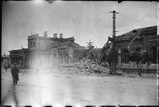 Железнодорожный вокзал, взорванный немцами при отступлении.