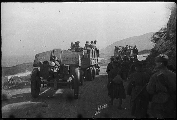 Советские войска движутся по дорогам к Севастополю.