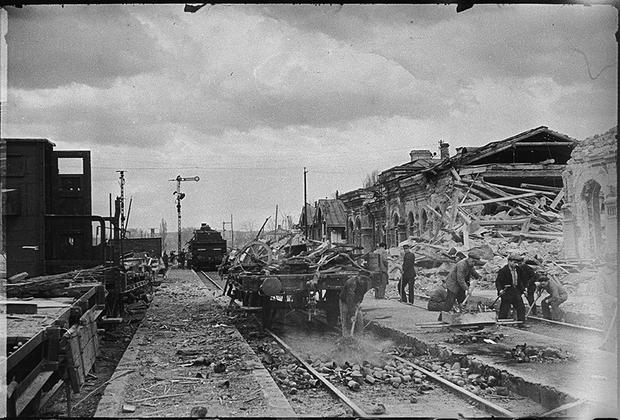 Железнодорожный вокзал, взорванный немцами при отступлении. Симферополь.