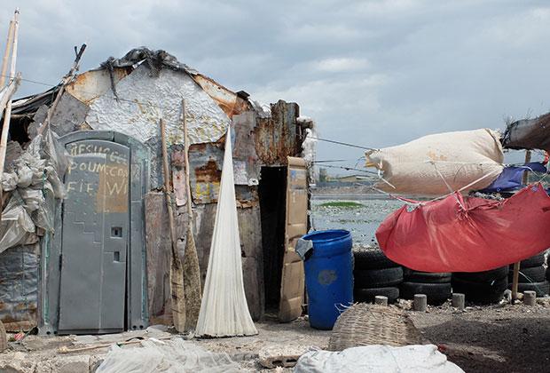 Трущобы построены из жести, мусора и старых дверей биотуалетов