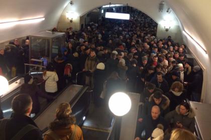 Технический сбой запер людей в вагонах московского метро