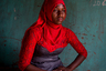 Серия «Шрамы» — это личные истории двенадцати гамбийских женщин, переживших обрезание. На снимке изображена девятнадцатилетняя Ами Сове. Он вошел в «профессиональный» шорт-лист. <br> <br> Калечащие операции на половых органах, подразумевающие частичное или полное удаление внешней части, долгое время были частью культурной традиции Гамбии. Считалось, что варварские процедуры помогают уменьшить сексуальное желание женщины и сохранить ее чистоту перед свадьбой. <br> <br> Официально такие операции запрещены с 2015 года, а власти страны активно распространяют информацию об их вреде. Но многие жители продолжают проводить их тайно, так как это варварство редко преследуется в судебном порядке. По статистике, женскому обрезанию подверглось 76 процентов всех современных женщин Гамбии.